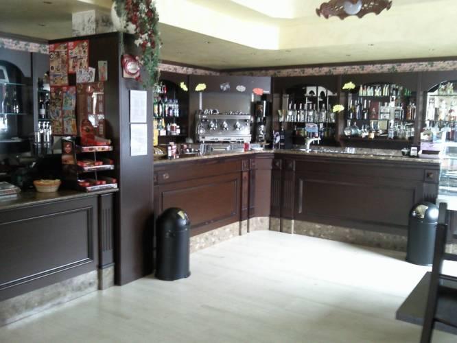 Vendita per a roma italia for Arredo bar usato